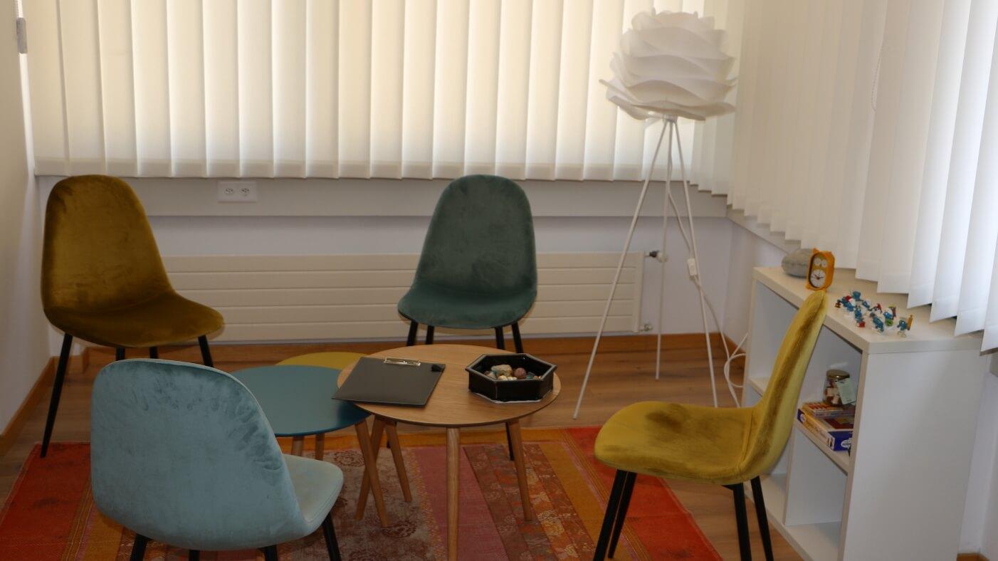 Foto di quattro sedie dello studio interno di Paola Morniroli