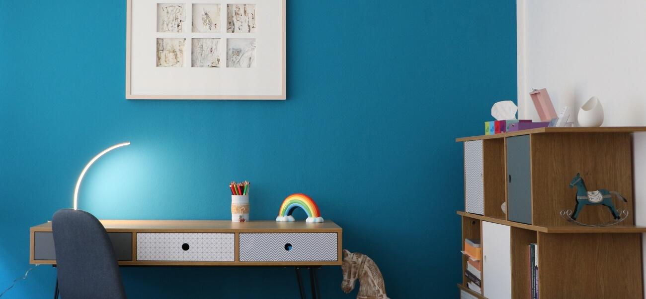foto della scrivania dello studio di Paola Morniroli con sfondo blu